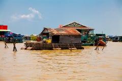 Le village de flottement sur l'eau (komprongpok) du LAK de sève de Tonle Images stock