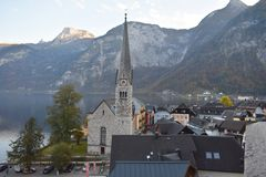 Le village de Halstat en l'Autriche et lac photographie stock