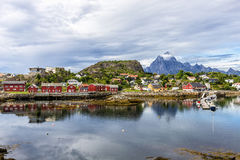 Le village de Kabelvag de bord de la mer, Norvège image libre de droits
