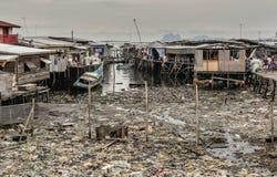 Le village de mer de Semporna fortement pollué avec des déchets de plastique et les gens vivant tout près sont affectés, Sabah, M photographie stock libre de droits