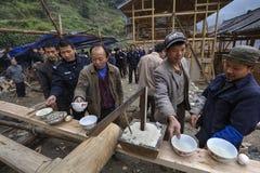 Le village de montagne chinois de villageois célèbrent le début du constructi Photos libres de droits