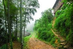 Le village de montagnes de couleur de brouillard Photo libre de droits