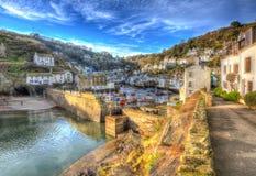 Le village de pêche anglais de côte Polperro les Cornouailles Angleterre avec des maisons et le mur de port dans HDR aiment peind Image libre de droits