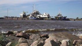Le village de pêche sur la banque de la Mer du Nord, de vieux bateaux des pêcheurs et maisons en bois, Russie, le golfe de Finlan banque de vidéos
