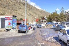 Le village des skieurs sur la clairière Azau Photographie stock