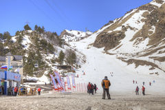 Le village des skieurs sur la clairière Azau Photo stock