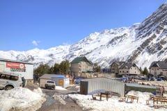 Le village des skieurs sur la clairière Azau Images stock