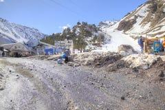Le village des skieurs sur la clairière Azau Image stock