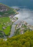 Le village et l'Aurlandsfjord d'Aurland vus de Stegastein donnent sur Images stock
