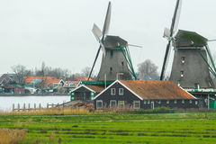 Le village néerlandais historique avec de vieux moulins à vent et la rivière aménagent en parc Image stock