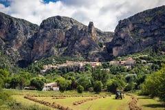 Le village sous la montagne photographie stock libre de droits