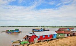 Le village sur l'eau de la sève de Tonle Image libre de droits