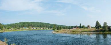 Le village sur la rivière Biya, panorama Photos stock