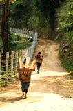 Le villageois de tribu de colline reviennent du travail images stock