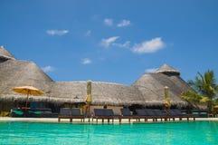 Le ville lussuose sul turchese innaffiano in Maldive, Kuredu Immagini Stock