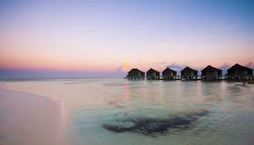 Le ville lussuose sul turchese innaffiano in Maldive, Kuredu Fotografia Stock