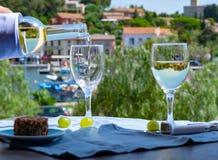 Le vin blanc de la Provence, France, a servi le froid avec des chees doux de chèvre photographie stock libre de droits