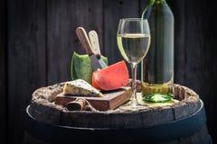 Le vin blanc et le mélange du fromage sur le chêne barrel Photographie stock