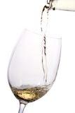 Le vin blanc a plu à torrents dans une glace Images libres de droits
