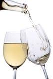 Le vin blanc a plu à torrents dans une glace Image libre de droits