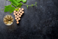 Le vin bouche la forme et la vigne de raisin images libres de droits