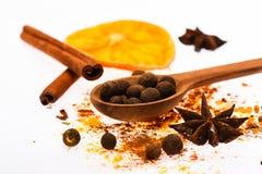 Le vin chaud épice le kit Cuillère avec les épices, l'orange sèche, le bâton de cannelle, le cardamome et la noix de muscade sur  Photos stock