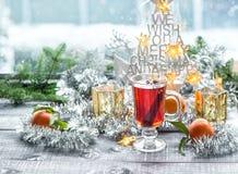 Le vin chaud porte des fruits décoration de fenêtre de Noël d'épices photo stock