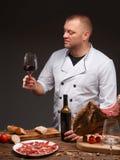 Le vin de teste de chef et le jamon, délicieux traditionnel espagnol - jambon Photo stock