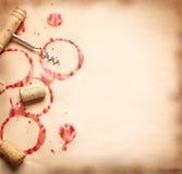 Le vin entoure de la bouteille sur le vieux papier Images libres de droits