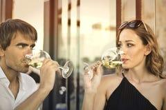 Le vin est romantique images stock