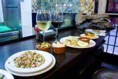 Le vin et les tapas à Madrid ont servi sur une table de barre photo libre de droits