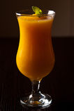 Le vin mousseux et le jus d'orange avec de la glace boivent Images libres de droits