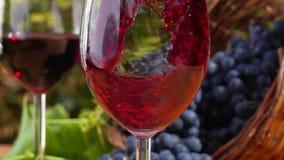 Le vin rouge est plu à torrents dans une glace clips vidéos