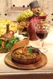 Le vin rouge et la viande ont cuit à une sauce avec le piment et le pomegran photographie stock