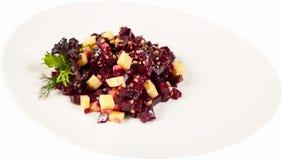 Le vinaigrette de salade d'un plat sur un fond blanc a isolé haut étroit photographie stock libre de droits