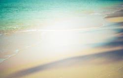 Le vintage brouillé de fond, de sable et de mer modifient la tonalité Le centre lumineux du fond d'image Photographie stock libre de droits