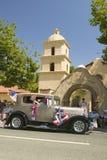 Le vintage décoré de fête Rolls Royce fait sa rue principale de manière vers le bas pendant un quatrième de défilé de juillet dan Photographie stock libre de droits