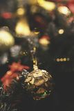 Le vintage a décoré le fond de fée d'arbre de Noël Photos stock