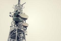 le vintage de Bas-angle a tiré des émetteurs et les antennes sur la télécommunication dominent Photo libre de droits
