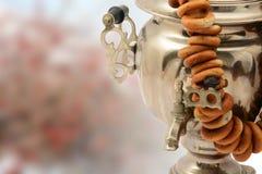 Le vintage de samovar a isolé le métal sur le fond de nature avec des bagels photographie stock