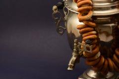 Le vintage de samovar a isolé le métal sur le fond foncé avec des bagels image libre de droits