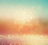 Le vintage de scintillement allume le fond or, argent, bleu et blanc Image brouillée par résumé Photographie stock libre de droits