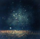Le vintage de scintillement allume le fond or, argent, bleu et noir De-focalisé Photo libre de droits