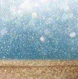 Le vintage de scintillement allume le fond or et bleu légers defocused Photographie stock libre de droits