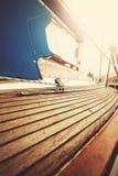 Le vintage a filtré la photo haute étroite de la plate-forme et du calage de yacht images stock