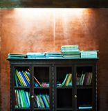 Le vintage a filtré le mur en béton d'étagères à livres et de vintage, o brouillé Images stock