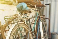 Le vintage garé va à vélo des vélos pour le loyer sur le trottoir photo stock