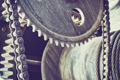 Le vintage a modifié la tonalité de vieilles roues de vitesse, fond industriel photos libres de droits