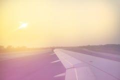 Le vintage a modifié la tonalité l'aile plate au-dessus de la piste au lever de soleil Image libre de droits
