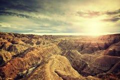 Le vintage a modifié la tonalité le coucher du soleil scénique au-dessus du parc national de bad-lands photographie stock libre de droits